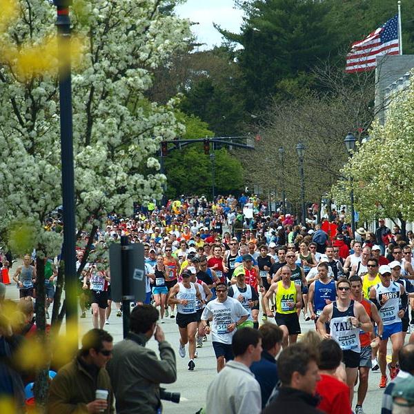Boston_Marathon_2010_in_Wellesley Cropped