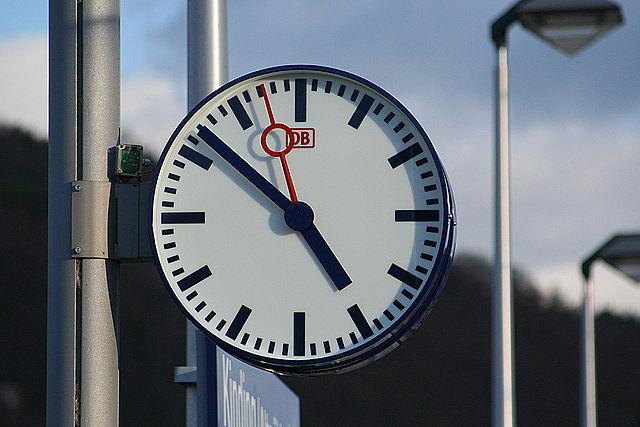 640px-Bahnsteiguhr
