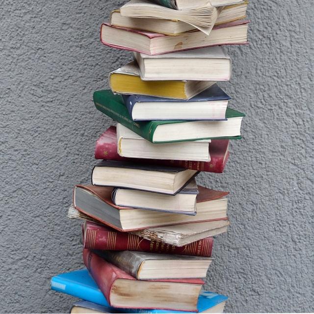Städtische_Bücherei_Radstadt_-_book_tower_detail Cropped